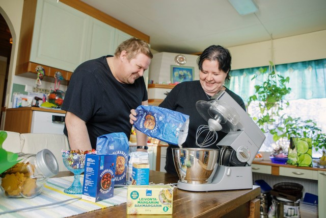 Kati ja Marko kertovat saavansa kaikki tarvittavat päivittäistavarat S-marketista. – Jos ei jotain löydy, kannattaa mainita siitä myyjille. Aika hyvin he saavat lisättyä tuotteita valikoimiin, Kati vinkkaa.
