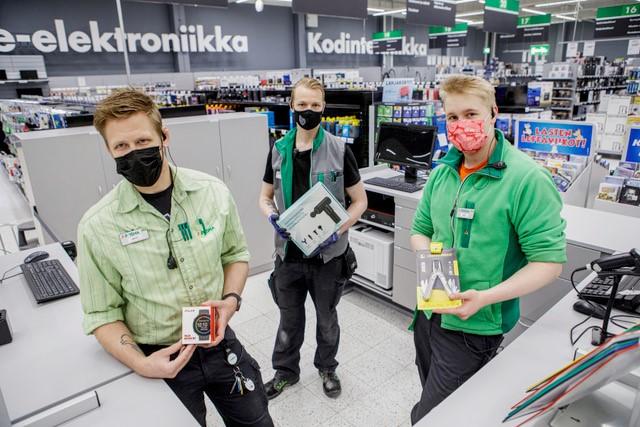 Antti Kautonen, Aleksi Pykäläinen ja Vili Muhonen Kuopion Prisman käyttötavaraosaston uudessa asiakaspalvelupisteessä.