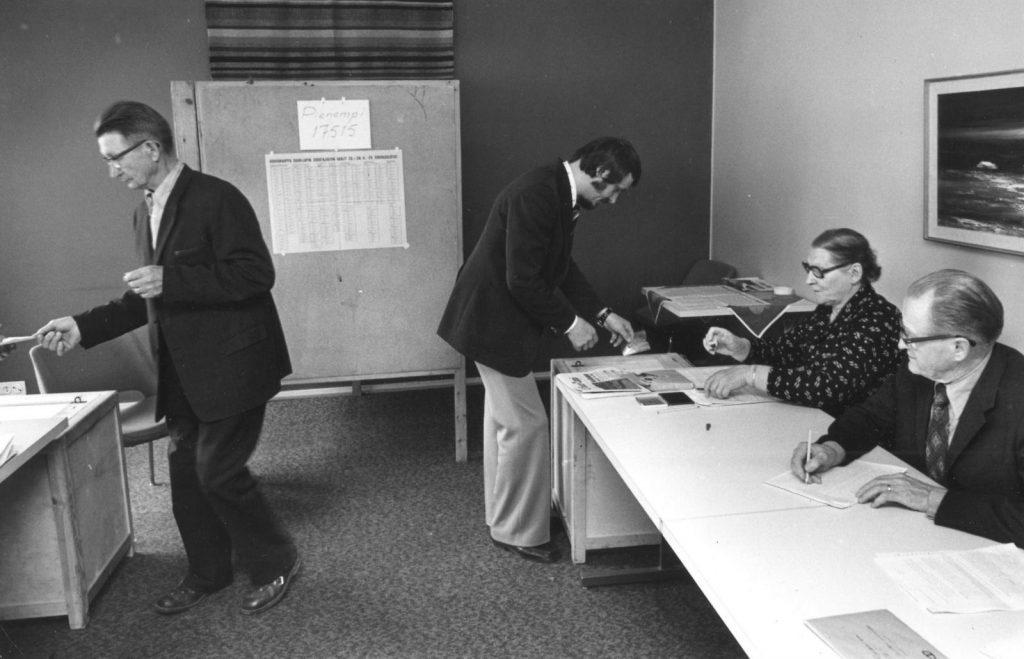 Vanha kuva jossa valmistellaan äänestyspaikkaa