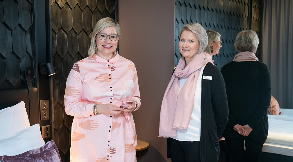 Kuvassa Ulla Peltoniemi ja Päivi Kaarlela katsovat hymyillen kameraan