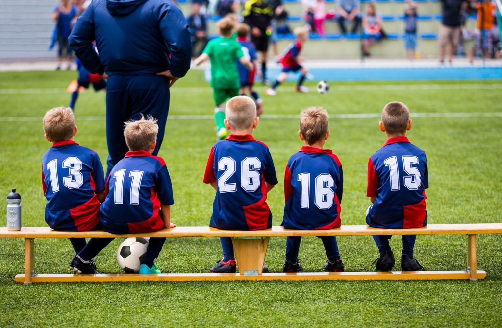 Eekoon kannustajat: nuoria jalkapalloilijoita kentän laidalla