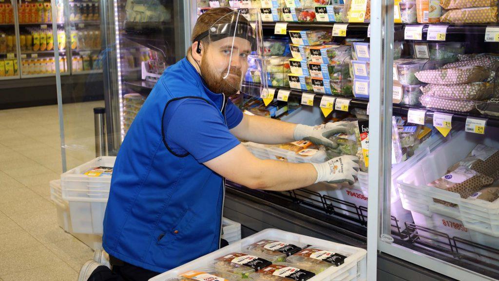 Sami Perälä on kesätöissä S-market Vaajalassa.