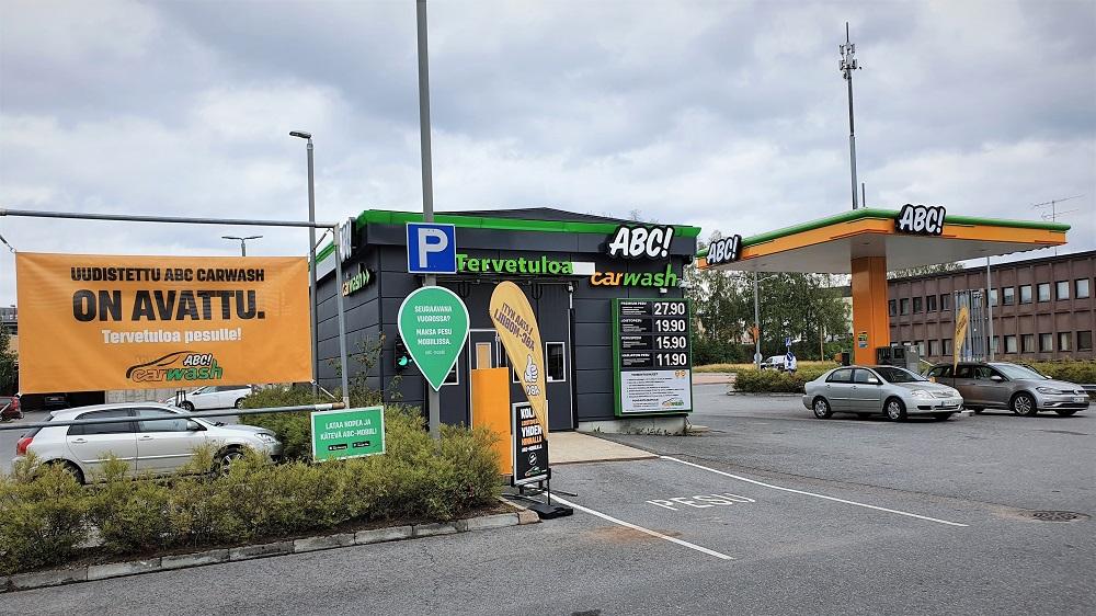 ABC-autopalvelualue Äänekoskella on uudistettu kokonaisvaltaisesti autopesupalvelun ja mittarikentän osalta. Uusi autonpesukone ja nykyaikaiset mittarikentän jakelu- ja maksulaitteet nopeuttavat asiakkaiden asiointia sekä mahdollistavat sujuvan ja turvallisen mobiilimaksamisen. Äänekosken ABC Carwash -autopesupalveluihin on tehty kokonaisvaltainen uudistus. Kesän jälkeen käynnistyneessä uudistuksessa peruskorjattiin pesuhallikiinteistö sisä- ja ulkopintojen osalta, uusittiin autonpesukone ja päivitettiin kokonaisuuden ABC-ilme. Lisäksi ABC-aseman mittarikentän jakelumittarit sekä maksuautomaatit on uudistettu. − Äänekosken ABC-autopalvelualueen yli 10 vuotta vanha autopesukone oli jo käyttöikänsä päässä ja myös pesuhalli vaati perusteellista kunnostusta. Uudistimme Äänekosken ABC-autopalvelualueen kokonaisuuden mittarikenttää myöten ja raikastimme myös ulkoisen ilmeen. Uusi autonpesukone pesee entistä nopeammin ja entistä puhtaammaksi. Meille on tärkeää, että asiakkaat pääsevät käyttämään palveluitamme myös mobiilisti. Suosittu ABC-mobiilimaksamisen palvelu onnistuu jatkossa niin mittarikentällä kuin pesupalvelun osaltakin, toteaa Osuuskauppa Keskimaan liikennemyymälä- ja polttonestekaupan toimialajohtaja Heikki Tervanen. Äänekosken ABC-autopalvelualueen uudistus valmistui ennakoitua nopeammin. Uudistuksen kokonaisinvestointi oli lähes 350 000 euroa. Keskimaa on investoinut viime vuosina merkittävästi autonpesupalveluihin. Keväällä avattiin Prisma Palokan viereisellä pysäköintialueella sijaitseva uusi ABC Carwash -autonpesupalvelu. Viime vuonna Keskimaa rakennutti kahden pesukoneen autonpesuhallin Prisma Keljonkeskukseen ja vuonna 2019 uudistettiin ABC Palokan liikennemyymälän yhteydessä oleva ABC Carwash. − Haluamme tarjota asiakkaillemme viimeisimmän autonpesuteknologian mukaiset sujuvat ratkaisut. Haluamme kasvattaa ja kehittää palveluja asiakkaidemme odotusten mukaisesti, Tervanen summaa. Lisätietoja Osuuskauppa Keskimaa, Heikki Tervanen, liikennemyymälä- ja pol